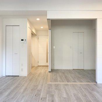 引き戸で繋がる1LDKのお部屋です。