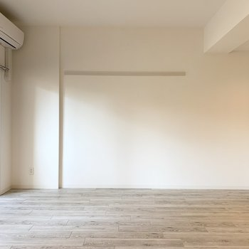北側はしっかり壁量を確保。長押付きで掛ける収納やディスプレイにも使える壁面です。