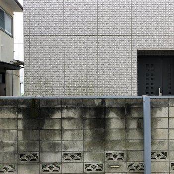 眺望、お隣の建物とは距離を保てています。