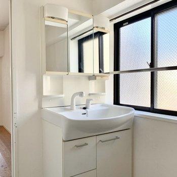 3面鏡の独立洗面台。窓付きなので換気もしっかり◎
