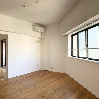 横長な窓が特徴的。かくかくっとした間取りも。