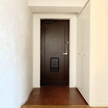 味のある渋めの玄関です。傘立てとかも置けます。