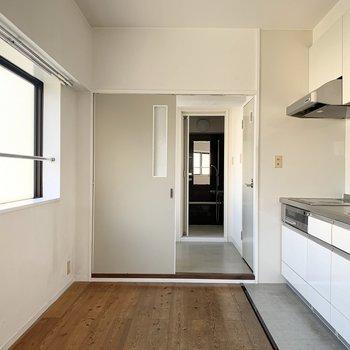 左側には冷蔵庫や背の低い食器棚などを◎