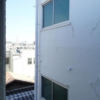 反対側の窓は、目の前は建物ですが、空も見えます。