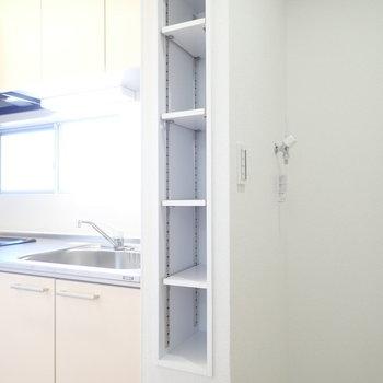 キッチン横には調味料などが入る棚があります。
