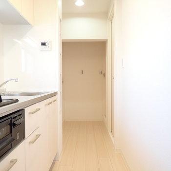 キッチンと廊下です。ひとりぶんなら余裕のある幅です。