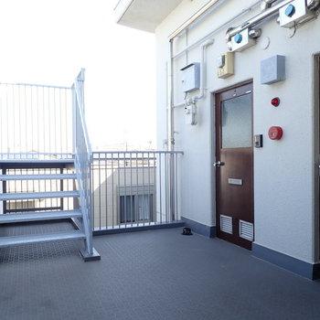 共用部は開放的!ドアがすりガラスで珍しいですね。その階段は…