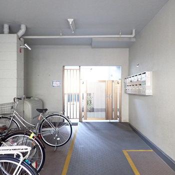 駐輪場とメールボックスは入り口にあります。