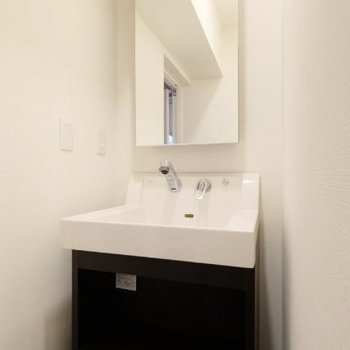 洗面台はスタイリッシュに。鏡部分は収納ですよ!