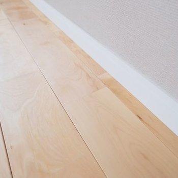 無垢床とアクセントクロスがこのお部屋の最大の魅力。