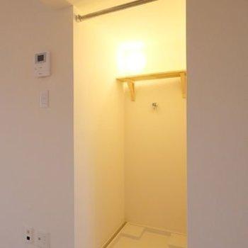 カーテンレールで隠せるようにはなっていますが、この照明はあえて見せたいかも・・・!
