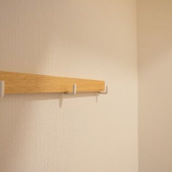 玄関前に小さなコート掛けが。 鍵をぶら下げるのにちょうど良い!