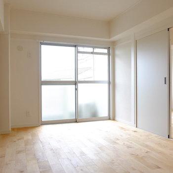 6.5帖の洋室も日当たり良好※前回工事したお部屋の写真です