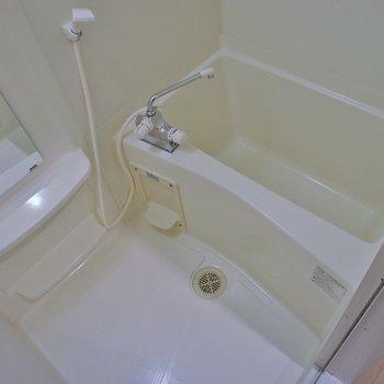 お風呂は至って普通。※写真は404号室のもの
