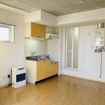 キッチン水廻り方向 コンクリ×オレンジ×白壁