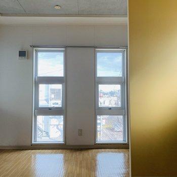 コンクリ天井とこの窓の形◎