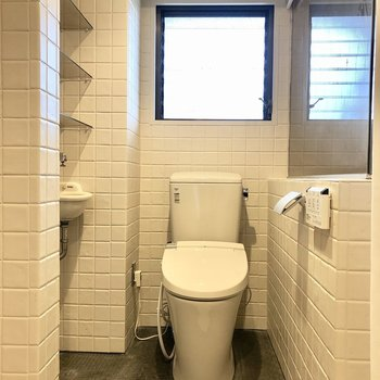 トイレの横の棚には消臭剤などを置そうです