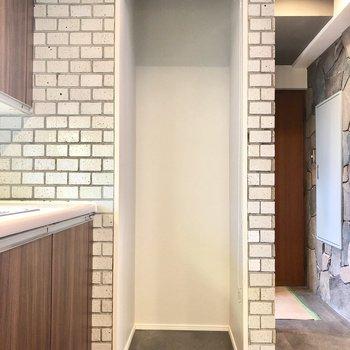 冷蔵庫はロールスクリーンで隠すことができます