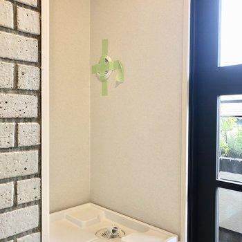 洗濯機置き場の横に窓があるため明るいです