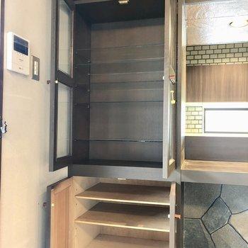 上の棚には食器を飾りたいな