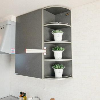 キッチン上部には収納が。お酒を並べて魅せる収納も可能。