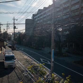 バルコニーからは通りが見えます。