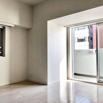テレビは小さいものを小窓の下あたりに置こうかな。