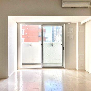 掃き出し窓からは光がたくさん入ります。