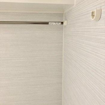 こちらのポールは浴室乾燥機使用時に役立ちそう。※写真は通電前のものです