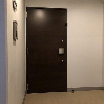 ブラウンの落ち着くドア。
