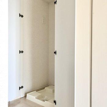 洗濯機置場は扉付き。