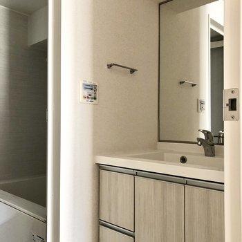 洗面台は鏡面積大きめ。収納力も高そうですよ。※写真は通電前のものです