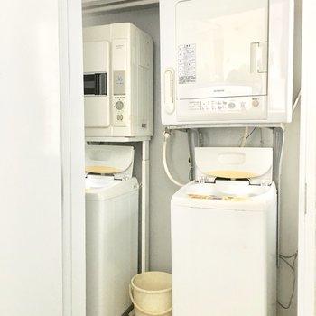 共用部】コインランドリーには洗濯機と乾燥機が2台ずつ。