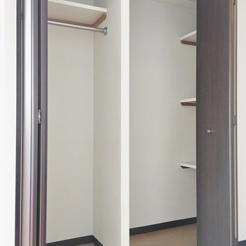 クローゼットの奥には棚も付いてます。(※写真は11階の同間取り別部屋のものです)