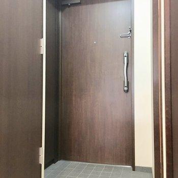 玄関はシンプルに。(※写真は11階の同間取り別部屋のものです)