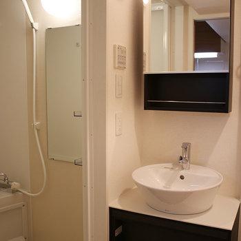 洗面台がお洒落です(※写真は4階の同間取り別部屋、モデルルームのものです)
