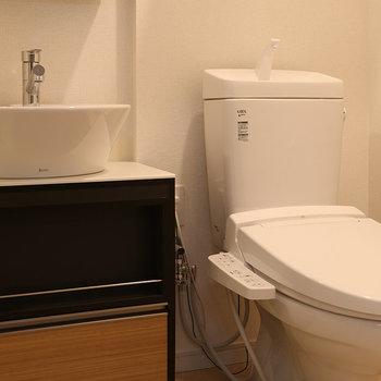 その横にはトイレ。ウォシュレット付き(※写真は4階の同間取り別部屋、モデルルームのものです)