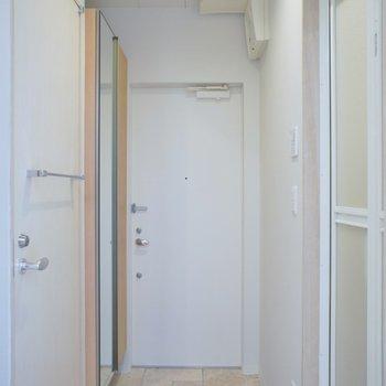 お風呂の近くに玄関があります。(※写真は2階の同間取り別部屋のものです)