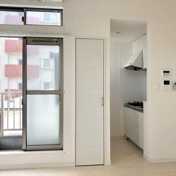 キッチンは一応居室と分かれています。(※写真は清掃前です)