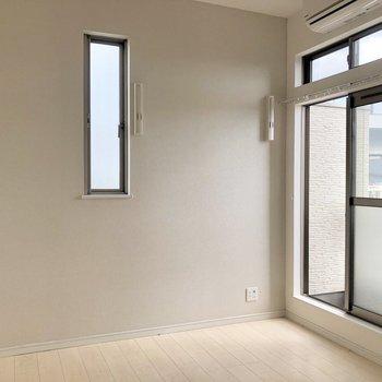 優しいグレークロスにちょこんと窓。(※写真は清掃前です)