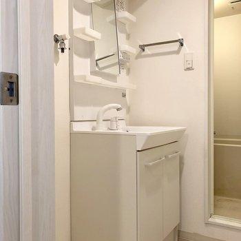 水回りは階段おりて、まとまってます。洗面台あるのとないのでは全然違う!(※写真は清掃前です)