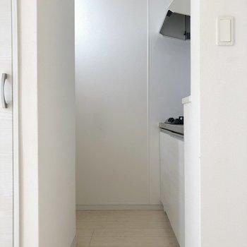 見えませんが窓付きです、冷蔵庫も反対側におけます、見えませんが(※写真は清掃前です)