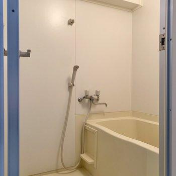 浴室はシンプルに。洗い場は広めでしたよ。※写真はクリーニング前のものです