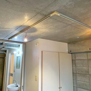 天井のライトがクールですよね。キッチンまでポツポツと。