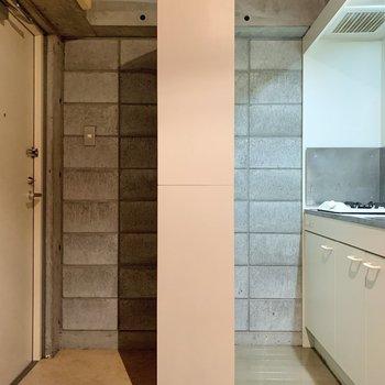 収納を境目にキッチンと玄関に分かれています。