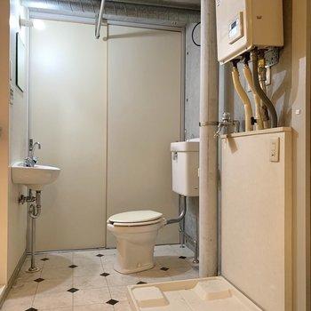 洗面台、トイレ、洗濯機が仲良く暮らします。※写真はクリーニング前のものです