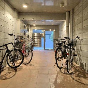 エントランスに自転車が何台か。