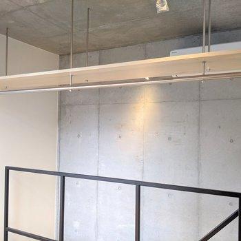 天井には棚付きのハンガーパイプ