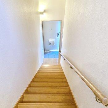 手すり付きのきれいな階段。
