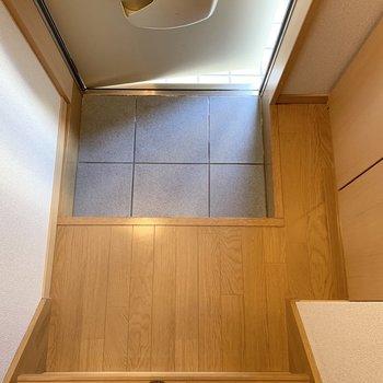 玄関マットやスリッパを置くスペースもありますよ。